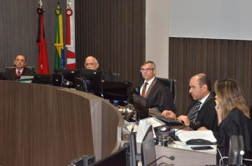Presidente Joás de Brito conduz última sessão do Pleno da gestão e colegas o parabenizam pelo biênio / Fotos: Ednaldo Araújo