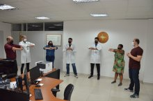 Foto de servidores fazendo ginástica laboral