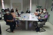 Foto de mulheres em reunião sobre violência doméstica